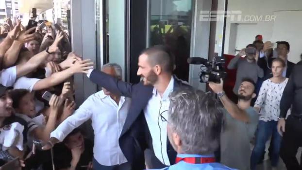 Bonucci chega ao Milan e é recebido com estrondosa festa; veja