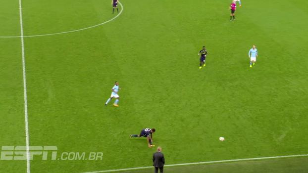 Tempo real: Dá-lhe bola! Lateral do Everton tenta domínio e manda a redonda a metros de distância