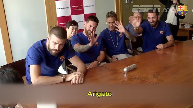 Messi e Neymar conversam com jovem fã japonês e dão dicas ao garoto