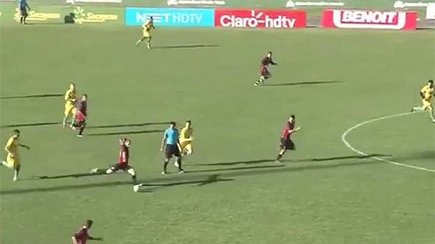 Que golaaaaço! Jogador marca de antes do meio do campo e faz 'o gol que Pelé não fez'