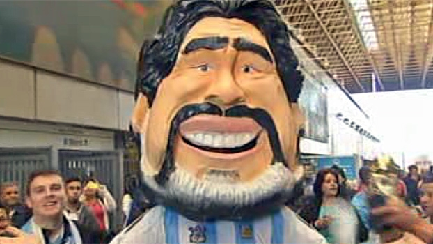 Ao lado de 'Maradona cabeção', argentinos fazem festa no metrô de Itaquera