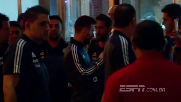 Seleção da Argentina desembarca no Equador, Messi é 'assediado' e distribui autógrafos