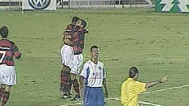Edilson Capetinha fez 3 gols, e Flamengo atropelou o Bahia em 2003 no Maracanã; reveja