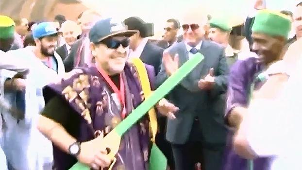 No Marrocos, Maradona usa roupa típica e dança ao som de música local
