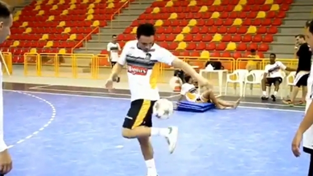 Falcão mostra habilidades com amigos do futebol freestyle