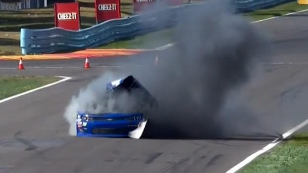 Carro de norte-americano explode 'sozinho' na NASCAR