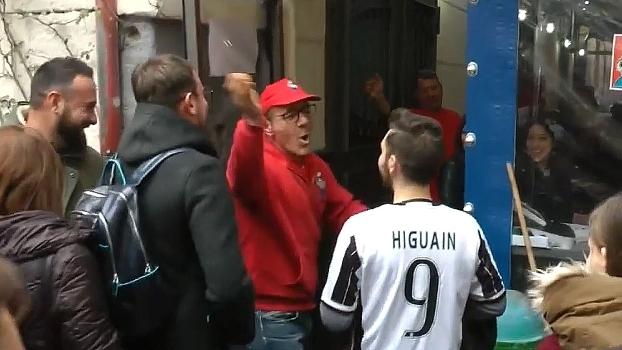 Haja coragem! Torcedor da Juventus desfila por Nápoles com camisa de Higuain e recebe 'carinho'