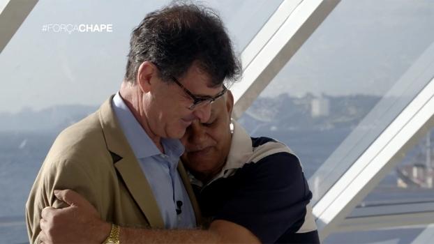 Pai que perdeu filho na tragédia da Chape ganha camisa histórica de ídolo argentino; veja por que e se emocione