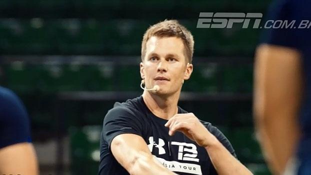Tom Brady reúne multidão em Tóquio e dá dicas para jogadores brilharem no futebol americano