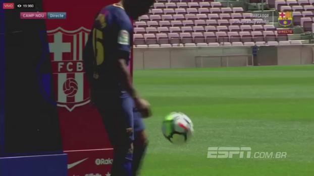 Recebido com aplausos no Camp Nou, Paulinho se enrola ao fazer embaixadinhas em apresentação
