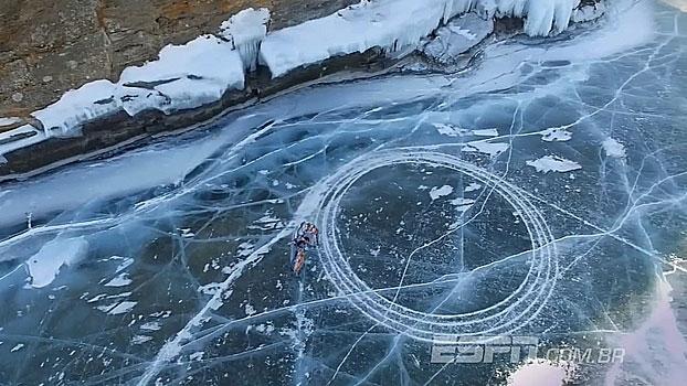 Incrível! Daniil Ivanov faz zerinho de moto em lago congelado na Sibéria