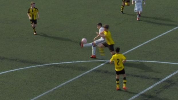 Com 12 anos, atacante do Real Madrid infantil dá chapéu de costas e faz golaço de voleio