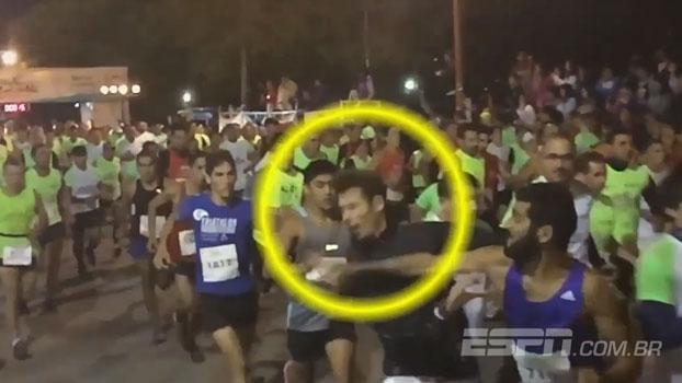 Que pancada! Participante de corrida de rua acerta murro em outro competidor