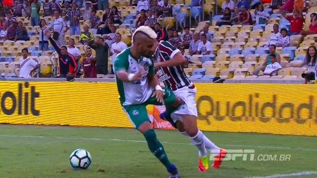 Jogador do Goiás dá joelhada criminosa em Wellington Silva e é expulso; veja
