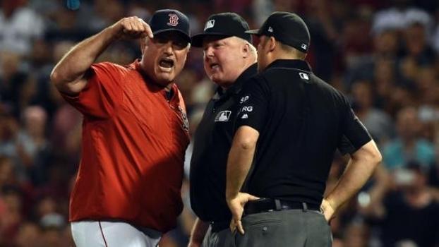 Esquentou! No beisebol, técnico dos Red Sox não concorda com decisão da arbitragem, vai à loucura e é expulso