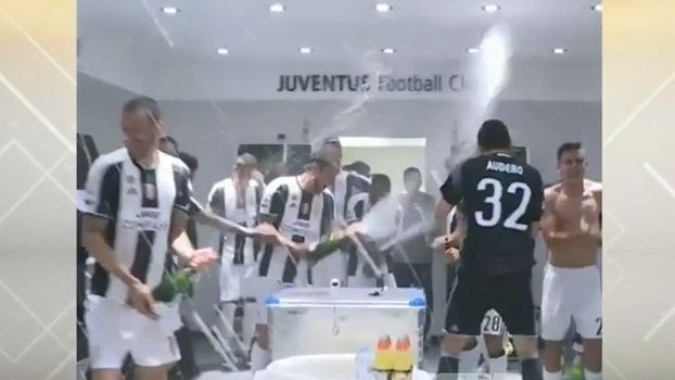 Após título italiano, jogadores da Juventus fazem a festa dentro do vestiário