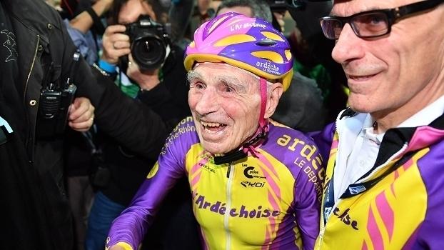 Recorde mundial: francês de 105 anos pedala mais de 22km em uma hora; assista