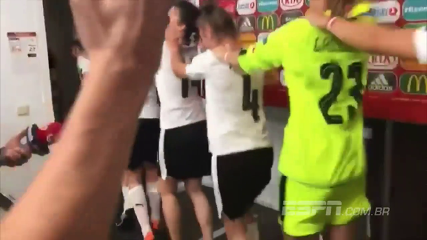 Time feminino da Áustria comemora vitória nos pênaltis com dança na zona mista