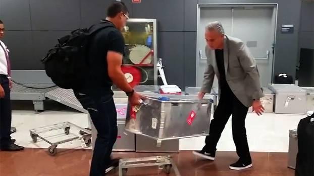 Professores intocáveis  Tite carrega baú de roupas do Corinthians 78aff5b272ad6