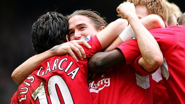 Gerrard foi expulso, mas Liverpool venceu Everton de Tim Cahill com golaços de Luis García e Kewell em 2006
