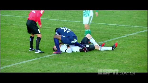 Atacante que salvou vida de goleiro com atendimento imediato no campo ganha 'prêmio Fair Play' da Fifa