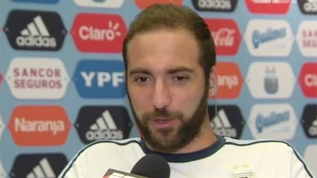 Feliz em voltar à seleção, Higuaín não se intimada com críticas: 'Me sinto bem aqui'