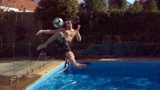 David Luiz dá voleio na piscina e acerta gol do outro lado do quintal