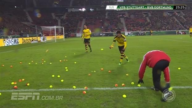 Chuva de bolas de tênis! Torcida do Borussia Dortmund protesta contra aumento do preço dos ingressos