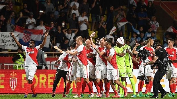 Jogadores do Monaco vão para torcida e comemoram título do Francês