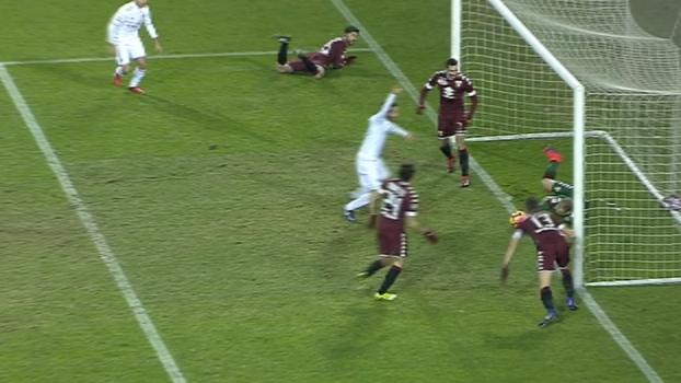 GOL maluco do Milan! Hart faz três defesaças no bate-rebate, mas Bertolacci diminui o placar