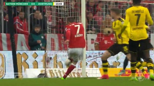 Ribery chuta, Burki rebate, e bola pega na mão de Weigl na sequência