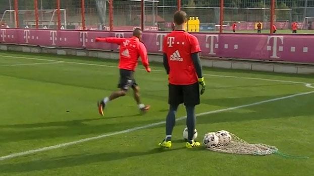 Inacreditável! Por cima de muro, Vidal faz gol impossível em treino do Bayern