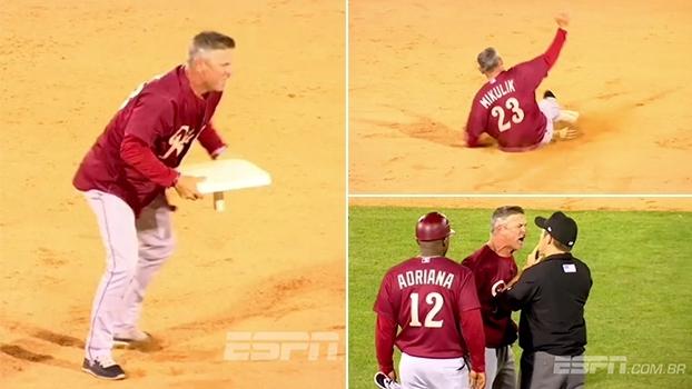 Técnico de beisebol se descontrola com juiz, 'quebra' base e até se joga no chão; e não foi a 1ª vez
