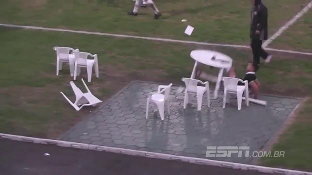 Partida de mata-mata no Uruguai acaba em confusão e visitante vai descontar a raiva em mesa; veja