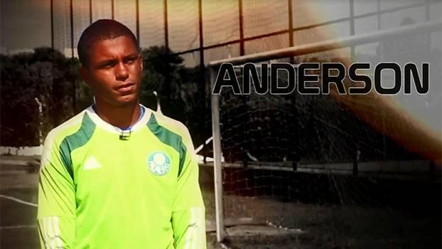 Tentando seguir os passos de outros goleiros da Academia, Anderson fecha o gol do sub-17