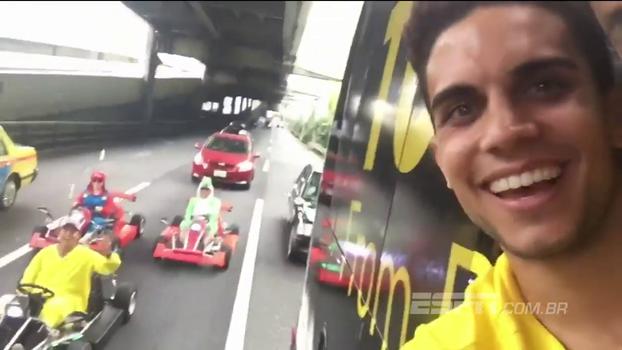 Marc Bartra é o cara na pré-temporada do Dortmund; canta 'Despacito' e registra cosplay de Mario Kart na rua