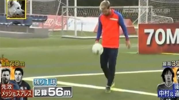 4898a32a17535 Sem deixar cair! Messi e Suárez participam de desafio japonês de  lançamentos e embaixadinhas
