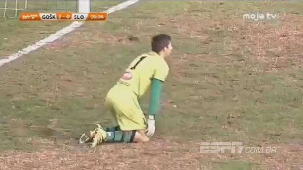 Tudo errado! Na Bósnia, goleiro erra domínio, se atrapalha com a bola e entrega o gol