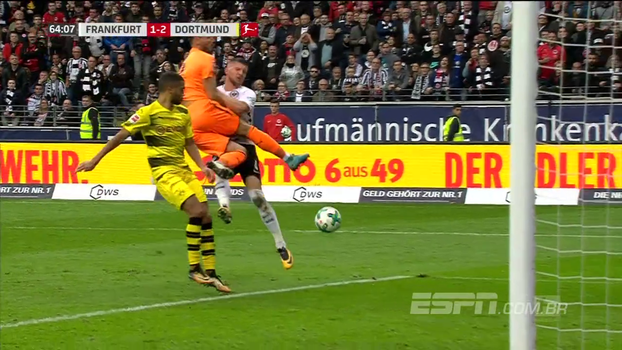 Goleiro do Borussia perde totalmente o tempo de bola e faz pênalti absurdo na Bundesliga