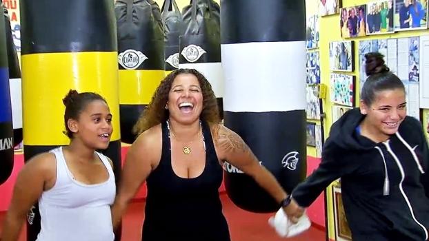 Após superar o preconceito, professora impulsiona o boxe para mulheres no Morro do Cantagalo, RJ
