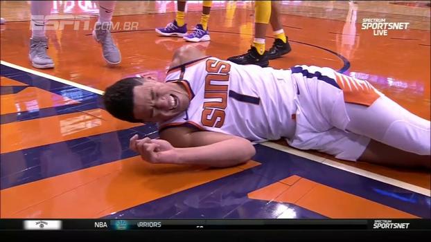 Devin Booker vai para a enterrada, leva o toco e cai feio de costas conta os Lakers
