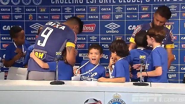 Sóbis e Willian se divertem com perguntas de crianças: 'Você gosta de jogar no Cruzeiro muito ou pouco?'