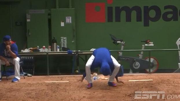 Choveu, o jogo parou, o que fazer? Os jogadores de Cubs and Brewers resolveram 'dançar'