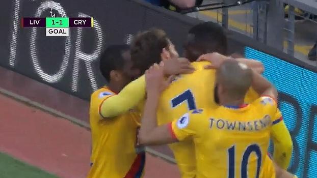 Tempo real: GOL do Crystal Palace! Benteke recebe cruzamento livre na área, coloca a 'lei do ex' em ação e empata a partida
