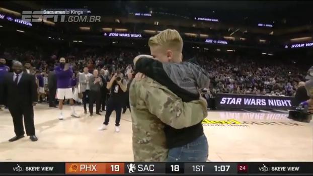 Emocionante! Pai retorna após 9 meses de serviço militar no Afeganistão e reencontra filhos durante jogo dos Kings