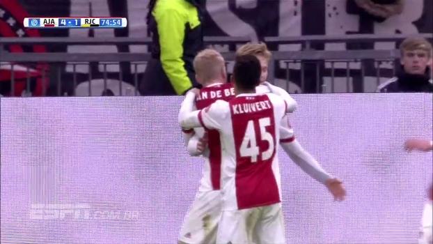 Neres dá assistência, Kluivert faz hat-trick que pai nunca conseguiu no Holandês, e Ajax goleia Roda