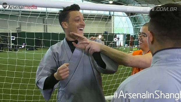 Levam jeito? Sánchez, Ozil e outros jogadores do Arsenal praticam aula da Kung Fu