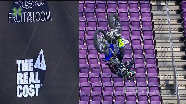 Após manobra impressionante, Jarryd McNeil leva tombo feio na Moto X