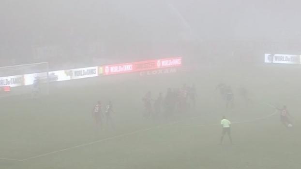 Dá para ver o bola? Com muita neblina, Dijon faz gol de falta no Olympique de Marselha