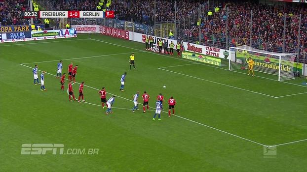 Com ajuda de ábritro de vídeo, juiz marca pênalti para Hertha e time empata com Freiburg